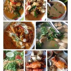 Photo taken at ร้านอาหาร เพื่อน (แม่กลอง) by Oh_Oh K. on 3/16/2014