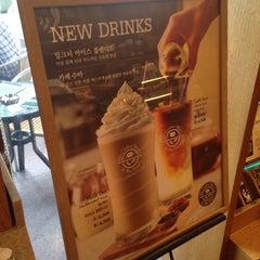 Photo taken at The Coffee Bean & Tea Leaf by Jason Jun K. on 6/3/2014