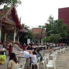 Photo taken at วัดนวลนรดิศ (Wat Nuannoradit) by ถมทอง ถ. on 10/20/2013