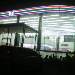 Photo taken at 7-Eleven by 龍様 夜. on 3/16/2013
