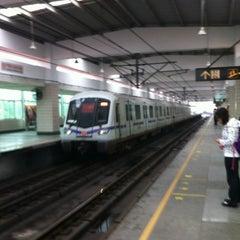 Photo taken at 延安西路地铁站 | W. Yan'an Rd. Metro Stn. by Shunitsu M. on 9/22/2012