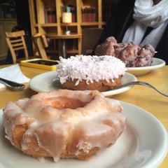 Photo taken at Top Pot Doughnuts by Ledo E. on 10/16/2014