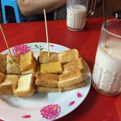 Photo taken at ป้าแอ๊ะ นมสด ขนมปังสังขยา (ข้างสมาคมฮากกา) by Waraporn T. on 8/5/2015