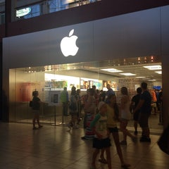 Photo taken at Apple Store, Arrowhead by Yxes 💋🍂🍁 ☕. on 9/22/2013