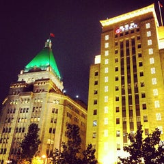 Photo taken at 和平饭店 | Fairmont Peace Hotel by Ken T. on 9/20/2012