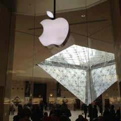 Photo taken at Apple Store, Carrousel du Louvre by Eric on 12/7/2012