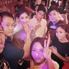 Photo taken at Bon Bon Pub by เชมอ๊ะ น. on 1/10/2015