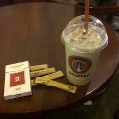 Photo taken at J.Co Donuts & Coffee by Tommy I. on 6/30/2014