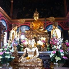 Photo taken at วัดปรมัยยิกาวาสวรวิหาร (Wat Poramaiyikawas Worawihan) by Ploi A. on 10/23/2012