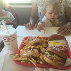 Photo taken at In-N-Out Burger by CurlingZone G. on 7/22/2015