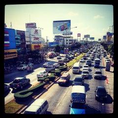 Photo taken at สะพานลอย The Mall by Jiggy T. on 12/29/2012