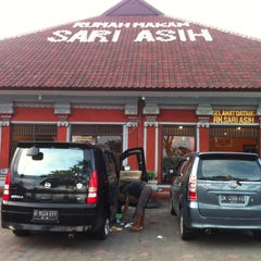 Photo taken at Rumah Makan Sari Asih by Ivander D. on 6/2/2013