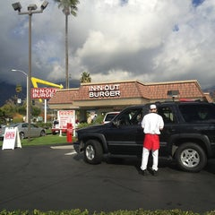 Photo taken at In-N-Out Burger by Les G. on 12/26/2012