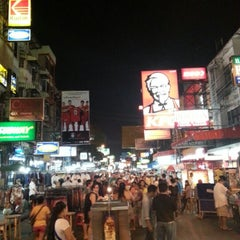 Photo taken at ถนนข้าวสาร (Khao San Road) by Issamu S. on 1/7/2013