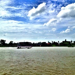 Photo taken at เรือนมอญริมน้ํา เกาะเกร็ด by 🌺Devil in the mist🌺 on 7/21/2013