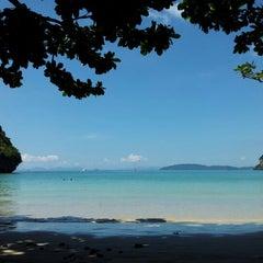 Photo taken at อ่าวไร่เลย์ ตะวันตก (Railay Beach West) by ED on 11/14/2012