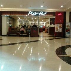 Photo taken at Pizza Hut by Juliana G. on 5/12/2013