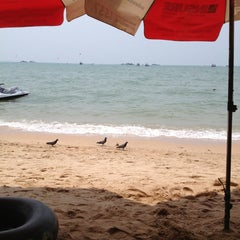 Photo taken at หาดพัทยา (Pattaya Beach) by S a. on 4/6/2013