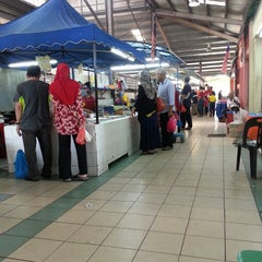 Photo taken at Pasar Seksyen 16 by Zulkepli R. on 3/15/2014