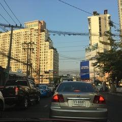 Photo taken at แยกห้วยขวาง (Huai Khwang Intersection) by SNICEZ on 4/22/2016
