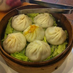 Photo taken at Nan Xiang Xiao Long Bao by Liz L. on 10/13/2012