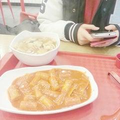 Photo taken at 죠스떡볶이 Jaws Food by Hannah Hyunah K. on 12/5/2012