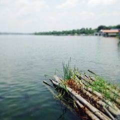 Photo taken at เรือนแพ ฟิชชิ่งปาร์ค (Ruen Pae Fishing Park) by Inpira A. on 8/16/2015