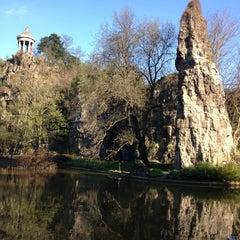 Foto tirada no(a) Parc des Buttes-Chaumont por Rafael A. em 4/23/2013