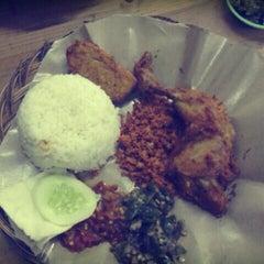 Photo taken at Bebek Goreng Kremes 'Monggo' by Desi Y. on 12/29/2012