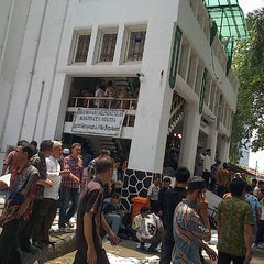 Photo taken at Masjid Cut Meutia by ibenk s. on 9/16/2012