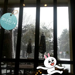 Photo taken at カフェ シェーキーズ (Cafe Shakey's) by Ryoko M. on 1/14/2013