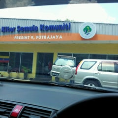 Photo taken at Pusat Kitar Semula Komuniti Presint 9 by Lynina Jenaton® on 3/23/2013
