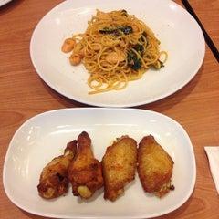 Photo taken at Pizza Hut (พิซซ่า ฮัท) by Nickki M. on 12/13/2014