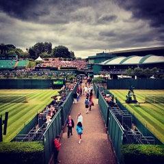 Das Foto wurde bei The All England Lawn Tennis Club von Chris T. am 7/4/2013 aufgenommen
