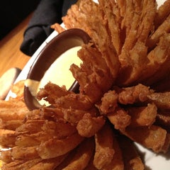Photo taken at Outback Steakhouse by Guilherme S. on 10/7/2012