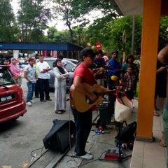Photo taken at Kompleks Makan Tanglin by Farmirazak on 5/17/2015