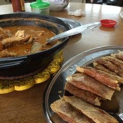 Photo taken at Ah Lye Curry Fish Head by Lynda L. on 2/27/2015