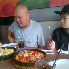 Photo taken at Pizza Hut by Nathalie R. J. on 5/26/2013