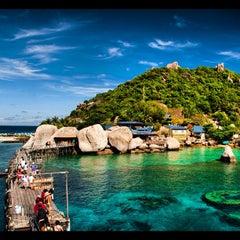 Photo taken at เกาะนางยวน รีสอร์ท | Koh Nang Yuan Dive Resort by  Vasit B. on 10/4/2012
