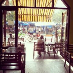 Photo taken at BonCafe, Luangprabang by Chitpong W. on 12/30/2012