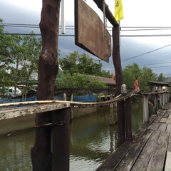 Photo taken at เรือนไม้ชายคลอง by Panupong T. on 6/7/2015