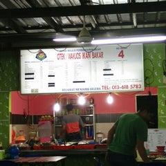 Photo taken at Wak Jos Ikan Bakar,sabak Awor by Xie Z. on 5/20/2015