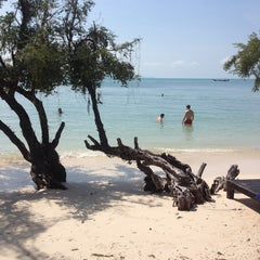 Photo taken at Sarikantang Resort & Spa, Koh Phangan by Ivo V. on 12/28/2012