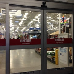 Photo taken at Lowe's Home Improvement by Martin Carlos P. on 9/8/2014