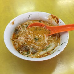 Photo taken at Sungei Road Laksa 结霜桥叻沙 by Colin Q. on 6/15/2015