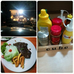 Photo taken at CUBE ( coffee-Unique-n'-Beer-Experience) by CHOMPOO [. on 3/31/2015