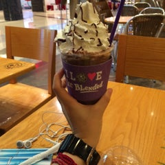 Photo taken at The Coffee Bean & Tea Leaf by Sun-young L. on 8/26/2015