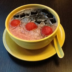 Photo taken at Honeymoon Dessert by Lidyana on 12/16/2012