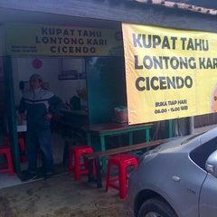 Photo taken at Kupat Tahu Lontong Kari Cicendo (sejak 1967) by Yogi S. on 1/25/2014