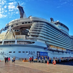 Photo taken at Royal Caribbean Oasis of the Seas by Haroldo F. on 12/13/2012